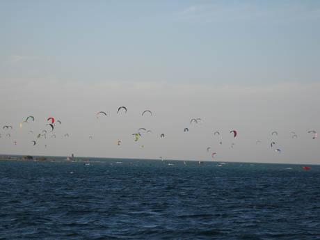 Kite-Surfer am Roten Meer vor der Küste von El Gouna