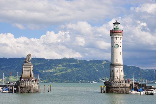 Die Hafeneinfahrt in Lindau am Bodensee, mit Blick auf den Pfänder.