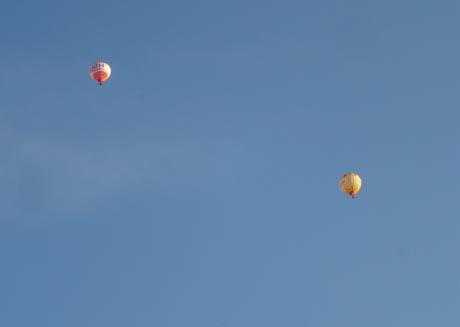 Ballons am Himmel über Rust.