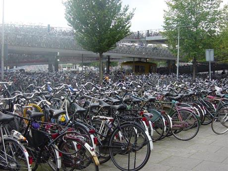 Ein Fahrradparkhaus in Amsterdam.