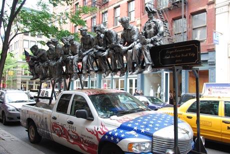 Malerwerbung auf einem Auto in New York City.
