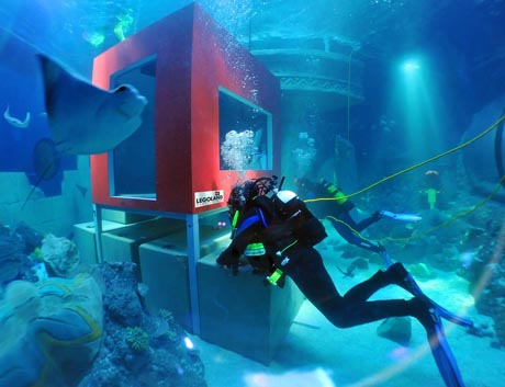 Die Unterwasser-Wohnstätte wird installiert