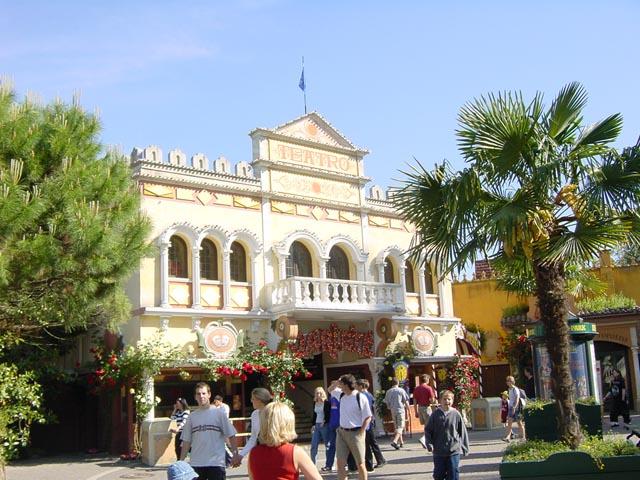 """Das """"Teatro dell'Arte"""" mit seiner ursprünglichen Fassade."""