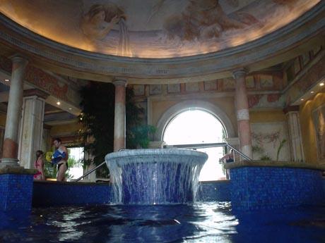 "Das Schwimmbad im Hotel ""Colosseo"""