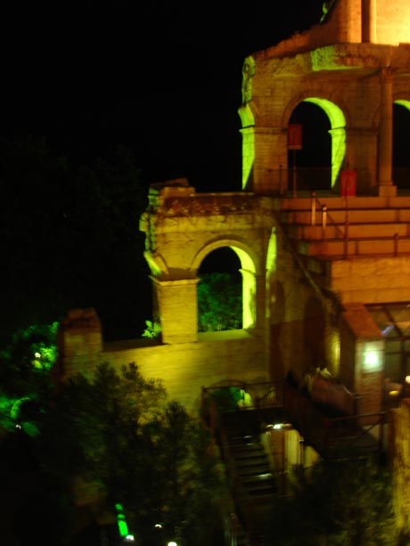 Hotel Colosseo bei Nacht.