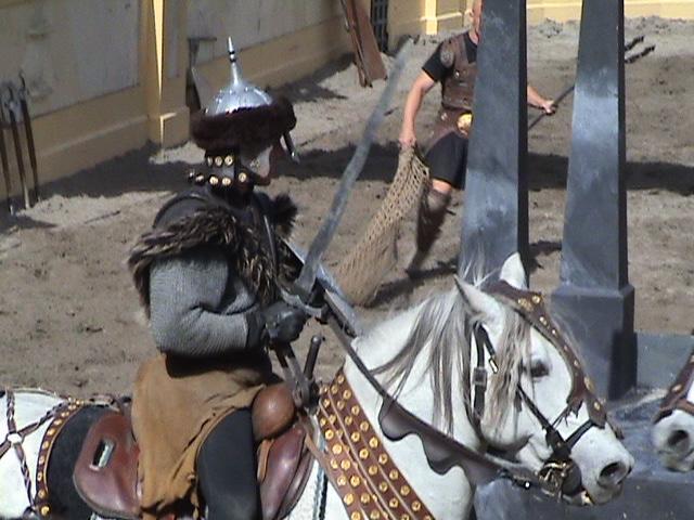"""Anlässlich der Eröffnung des Hotel """"Colosseo"""" wurden Italien und Rom zum Thema einer Saison des Europa-Park. Hier die Rittershow im Spanischen Themenbereich, die den Kampf der Gladiatoren zeigte."""