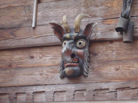 Holzmaske aus dem Schweizer Themenbereich.