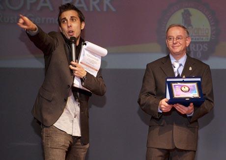 """Tanti auguri per Europa-Park! Francesco Fabris überreichte Vito Fraquelli den Award für den """"Besten Freizeitpark Europas"""". / (c) by Europa-Park"""
