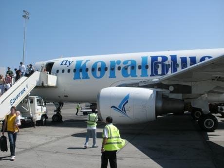 Flugzeug der Koral Blue Airline auf dem Rollfeld.