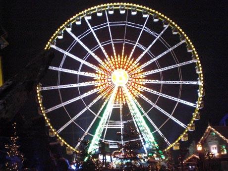 """Europa-Park Wintersaison 2010/2011: das Riesenrad """"Bellevue"""" mit nächtlicher Beleuchtung"""
