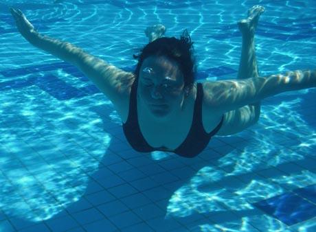 Erholung im Wasser - schwereloses Schweben.