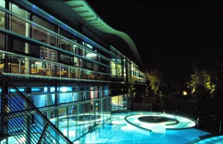 Die Bodensee-Therme Überlingen bei Nacht / (c) Bodensee-Therme Überlingen
