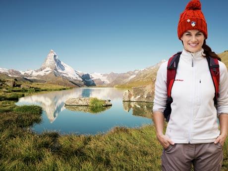 Wandern am Stellisee (2537 m) im Gebiet von Sunnegga-Blauherd, Zermatt im Kanton Wallis. Im Hintergrund das 4478 m hohe Matterhorn. / Foto: Switzerland Tourism / swiss-image.ch/David Willen