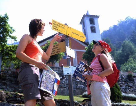 Junge Wanderer während eines Ausfluges auf der Strada Alta, einem der Gehwege von Trans Swiss Trail. / Foto: Ticino Turismo / swiss-image.ch/Christoph Sonderegger