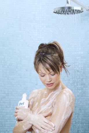 Duschcremes für trockene und empfindliche Haut enthalten waschaktive Substanzen, die zwar etwas weniger schäumen, dafür aber deutlich besser verträglich sind. Foto: djd/frei