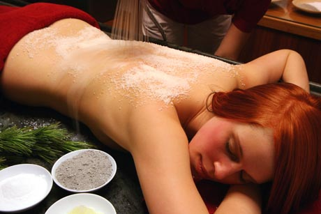 Salz - mit dem weißen Gold wird die Haut gründlich eingerieben. Foto: djd/RupertusTherme