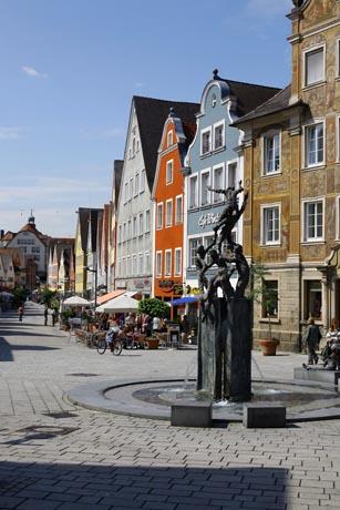 In der schönen Altstadt Ellwangens laden gemütliche Cafés und Restaurants zum Verweilen ein. Foto: djd/Stadt Ellwangen