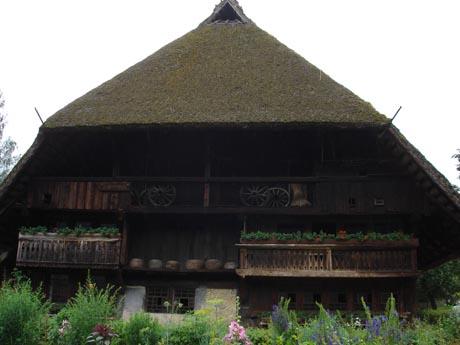 Ein Schwarzwald-Haus mit typischer Dachform.