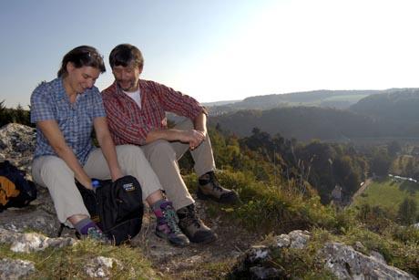Auf dem Jurasteig genießen Wanderer die weite Sicht über sanfte Kuppen. Foto: djd/Tourismusverband Ostbayern e.V.