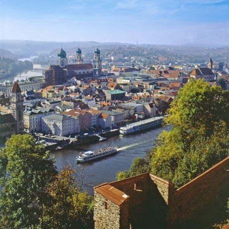 In der Dreiflüssestadt Passau laden zahlreiche Sehenswürdigkeiten zu einer Entdeckungsreise ein. Foto: djd/Passauer Land