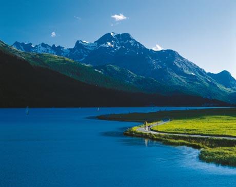 Familienausflug auf dem Rad am Silvaplanersee im Oberengadin, Graubuenden. Bild: Switzerland Tourism / swiss-image.ch/Christof Sonderegger
