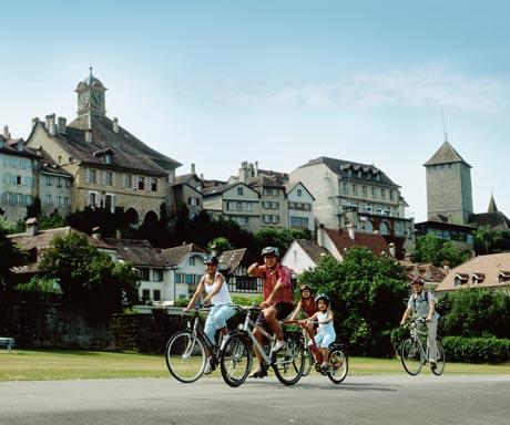 Das 800-jährige Zähringerstaedtchen liegt idyllisch am Ufer des lieblichen Murtensees. Bild: UFT / swiss-image.ch/Christoph Sonderegger