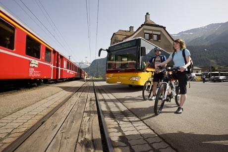 Biken mit der Rhätischen Bahn, bei Versam. Bild: Rhätische Bahn   / swiss-image.ch/Andrea Badrutt