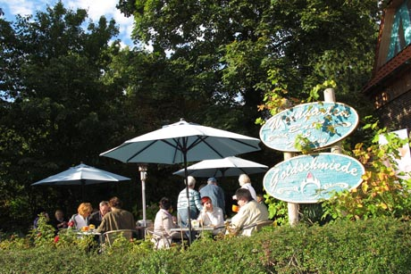 Auf dem Weg zur Kunst sorgen Gartenbesuche und gemütliche Cafés im Naturpark Wildeshauser Geest für ein abwechslungsreiches Kontrastprogramm. Foto: djd/Naturpark Wildeshauser Geest