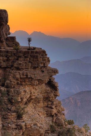 Hohe Berge, tiefe Canyons und eine artenreiche Unterwasserwelt locken aktive Entdecker nach Oman. Foto: djd/Sultanate of Oman