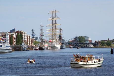 Am ersten Wochenende im Juli feiert Wilhelmshaven schon zum 37. Mal sein großes Stadt- und Hafenfest, das Wochenende an der Jade. Foto: djd/Wilhelmshaven Touristik und Freizeit