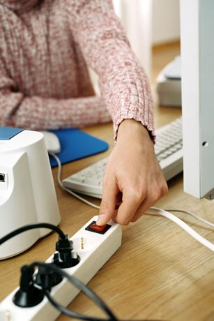 Um alle Geräte komplett vom Netz zu trennen, empfiehlt es sich, eine schaltbare Steckdosenleiste zu benutzen. Foto: djd / Deutsche Energie-Agentur
