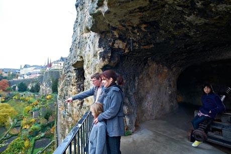 Der Felsvorsprung, auf dem Graf Siegfried seine Burg errichtete, ist die Wiege der Stadt Luxemburg. Foto: djd/QuattroPole