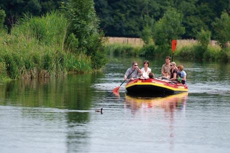 Mobile Freizeitkapitäne schätzen es, wenn sie viele Ausflüge unternehmen können. Am Niederrhein lohnt sich zum Beispiel ein Trip zum Paddeln auf dem kleinen Flüsschen Niers. Foto: djd/Niederrhein Tourismus