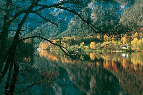 Im Herbst zeigt sich die Natur in besonderer Pracht, beispielsweise am idyllischen Thumsee. Foto: djd/Bad Reichenhall/Bay. Gmain