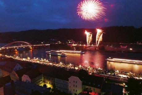 """""""Donau in Flammen"""": Bereits zum zehnten Mal findet in diesem Jahr das gigantische, musikalisch untermalte Feuerwerk in Vilshofen an der Donau statt. Foto: djd/Passauer Land"""