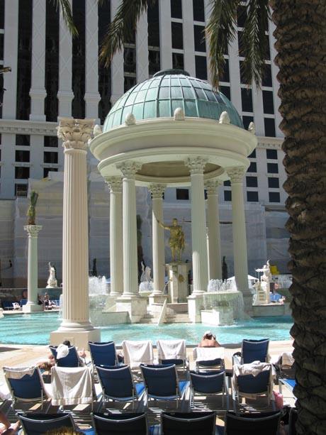 Der große Pool im Hotel Caesar's Palace in Las Vegas.