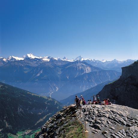 Wanderer im Gemmigebiet oberhalb Leukerbad, Kanton Wallis. Blick von der Gemmi-Passhoehe (2314 m) auf Weisshorn, Matterhorn und Dent Blanche.  / Bild (c): Schweiz Tourismus / swiss-image.ch/Lucia Degonda