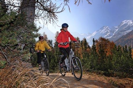 Bike-Tour mit dem Flyer-Velo vom Morteratschgletscher Richtung Pontresina im Herbst, im Hintergrund Piz Bernina 4049m, Piz Morteratsch 3751 m.  / Bild (c): ENGADIN St. Moritz / swiss-image.ch/Christoph Sonderegger