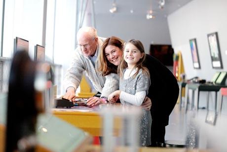 Ein Erlebnis für jedes Alter: Im Mitmachmuseum phaeno in Wolfsburg wird Wissenschaft lebendig. Foto: djd/phaeno