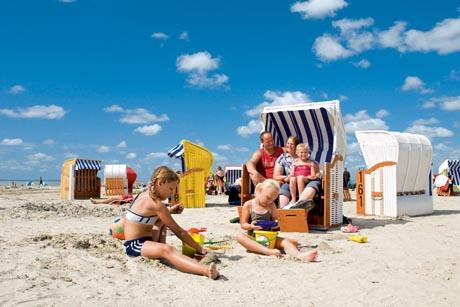 Am flachen Sandstrand von Esens-Bensersiel ist grenzenloser Urlaubsspaß garantiert. Foto: djd/Kurverein Nordseeheilbad Esens - Bensersiel e.V.