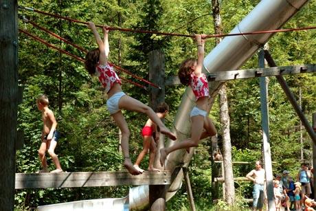 Bewegung unter freiem Himmel ist für Kinder ein wichtiger Ausgleich zum stressigen Alltag. Foto: djd/Alpenregion Nationalpark Gesäuse