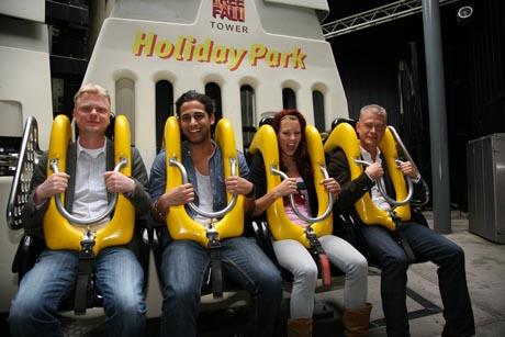"""Die Darsteller von """"Das Haus Anubis"""" auf dem Freefall Tower im Holiday Park. Bild: Holiday Park"""