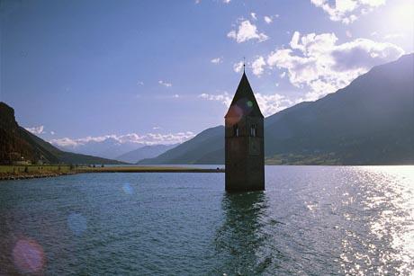 Die Wanderreise durchs Vinschgau beginnt am Reschensee und seinem versunkenen Kirchturm. Foto: djd/Eurohike
