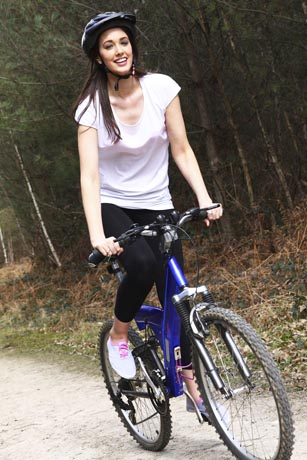 Um Muskelverletzungen vorzubeugen, sollte man sich vor dem Sport gut aufwärmen. Foto: djd/Traumeel