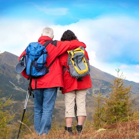 Auf Schusters Rappen in die Natur: Für viele Wanderer ist der Herbst eine der reizvollsten Jahreszeiten. Foto: djd/www.reisemesse.de