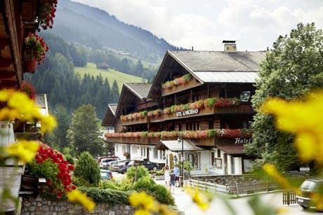 Traditionelle Häuser, blumengeschmückte Fassaden: Alpbach ist Österreichs schönstes Dorf. Foto: djd/Apollomedia