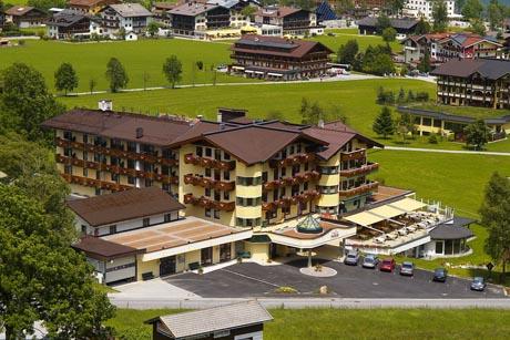 Pertisau am Achensee ist das Tor zum Alpenpark Karwendel. Foto: djd/Apollomedi