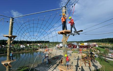 Hoch hinaus geht es seit dem 20. August im Feriendorf von LEGOLAND® Deutschland in Günzburg im neuen Hochseilgarten. Insgesamt laden sechs Parcours mit insgesamt 42 Kletterelementen sowie mehrere Seilrutschen Kinder ab vier Jahren und Erwachsene zu Abenteuern in luftiger Höhe ein. Bild: Legoland Deutschland