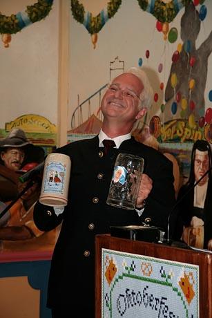 Wolfgang Krebs als Dr. Edmund Stoiber präsentiert den Wiesnkrug 2011. Bild: (c) Tourismusamt München / Fotograf: Stefan Böttcher