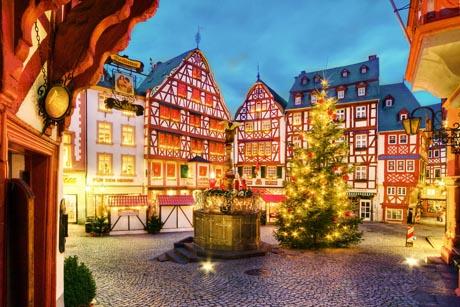 Zum 34. Mal findet in der historischen Altstadt von Bernkastel-Kues der Weihnachtsmarkt statt. Vom 19. November bis 18. Dezember lädt der Markt zum Bummeln, Genießen und Geschenke kaufen ein. Foto: djd/Wein- und Ferienregion Bernkastel-Kues